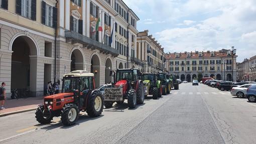 """Cuneo: il clacson dei trattori saluta la fine della scuola degli alunni del """"Virginio-Donadio"""" (VIDEO)"""