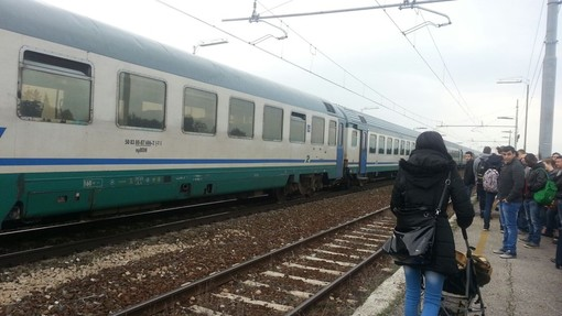 """Aumento per la tratta ferroviaria Cuneo-Torino, i pendolari: """"Inopportuno, vista la qualità del servizio offerto"""""""