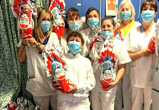 Il personale dell'ostetricia albese con le uova Kinder arrivate da Ferrero