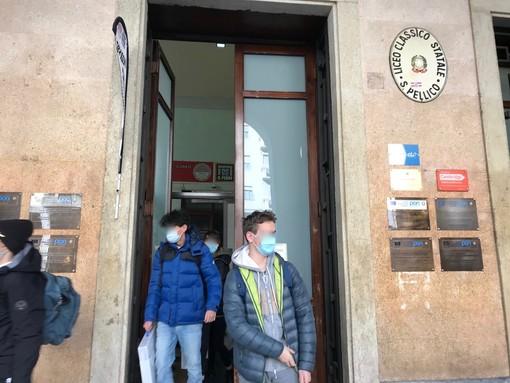 """Tornati in classe gli studenti di Cuneo, il commento dei prof: """"E' stato molto emozionante. Un rientro atteso, ma non ancora normale"""" (VIDEO e FOTO)"""