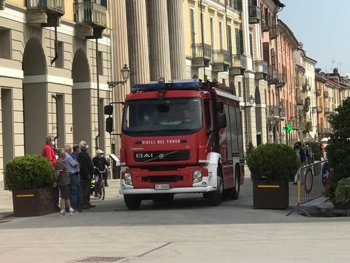 Intervento dei vigili del fuoco in via Roma a Cuneo per un'apertura porte