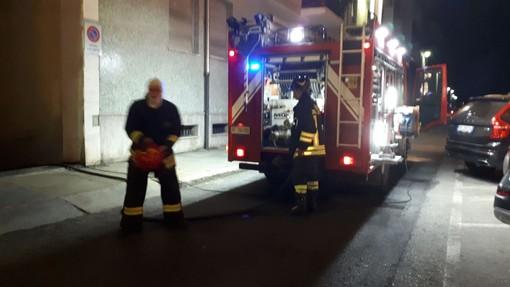 Incendio in uno scantinato di corso Nizza a Cuneo: il fumo invade i portici (VIDEO E FOTO)