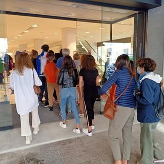 A Cuneo riapre Zara dopo un mese di lavori: code all'ingresso per uno dei negozi più amati della città [FOTO]