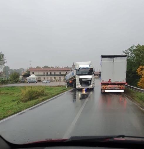 Mezzo pesante finisce con la ruota nel fossato: disagi alla viabilità a Termine di Villafalletto