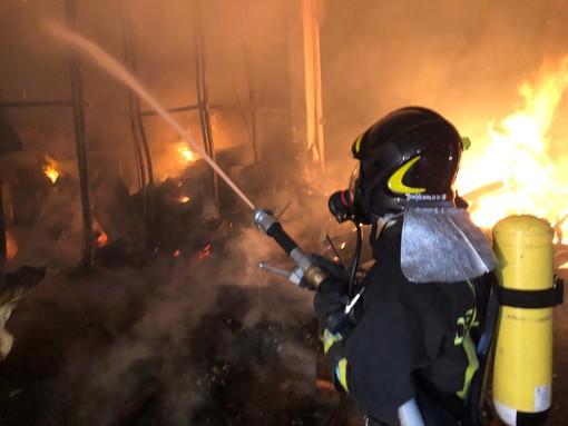 Capannone in fiamme nella notte a San Chiaffredo di Busca: incendio spento dai vigili del fuoco