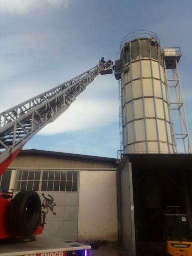 A fuoco un silos a Barge: intervento dei vigili del fuoco