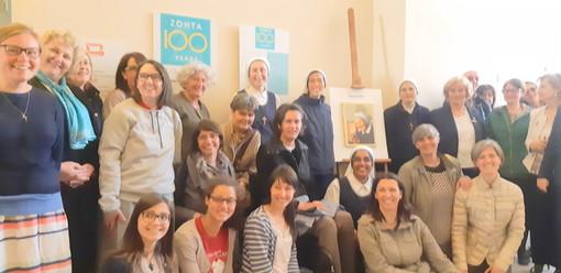 Saluzzo, foto di gruppo intorno alla foto di Madre Elvira nell'ambito della mostra fotografica per il centenario di Zonta International